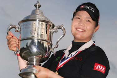 Ariya Jutanugarn of Thailand poses with the 2018 U.S. Women's Open tophy after winning in the final round at Shoal Creek on June 3. AFP