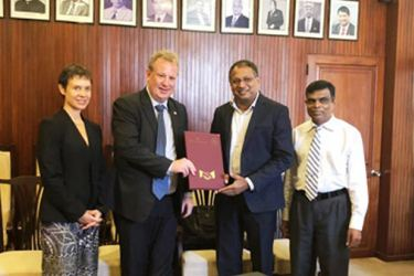 Victoria Coakley- Counsellor, Department of Foreign Affairs and Trade(DFAT), David Ablett- Skills for Inclusive Growth(S4IG) program exchanging the MoU with SLTDA Chairman Kavan Ratnayaka and Director General Upali Ratnayake