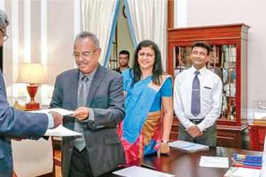 Project Director Asela Iddawela and Professor D. M. Semasinghe exchanging the agreement before President Maithripala Sirisena. Picture by President's Media Division.