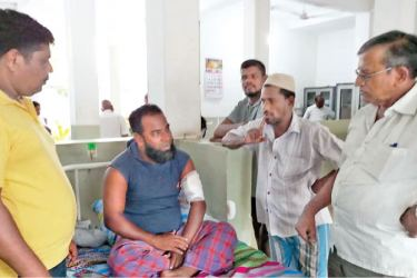 Assaulted journalist U. K. Kalideen in hospital. Picture by A. B. Abdul Gafoor