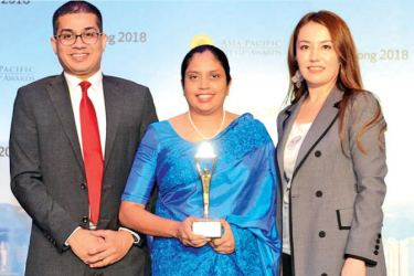 BoardPAC Director and CEO Ms Lakmini Wijesundera (centre) and Chief Operating Officer Rajitha Kuruppumulle (left) with the award in Hong Kong.