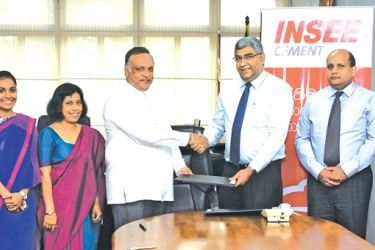 The MoU being exchanged by Minister of Labour and Trade Union Relations and  Sabaragamuwa Development  Ravindra Samaraweera on behalf of the National  Institute of Occupational Safety and Health (NIOSH) and CEO of Siam  City Cement (Lanka) , Nandana Ekanayake