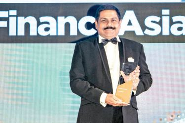 Commercial Bank Chief Operating Officer, S. Renganathan with the award