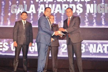Thamindra accepts the Gold Territory Manager Award in General Insurance.