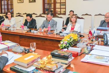 President Maithripala Sirisena in discussion with the representatives of the international donor agencies.  Picture by President's Media Unit