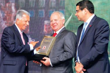 Chairman Dilmah Tea, Merill J Ferando receiving the Most Admired Leader of Sri Lanka – National Contribution Award from Steven Swientozielskyj President of CIMA and ICCSL Chairman Dinesh Weerakkody - Picture by Sulochana Gamage