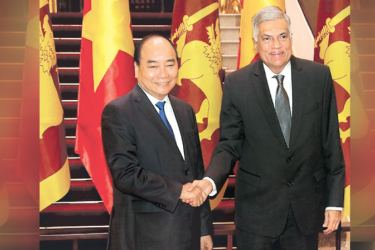 Prime Minister Ranil Wickremesinghe being welcomed by Vietnam's Prime Minister Nguyen Xuan Phuc when he arrived with his delegation at the Vietnam Prime Minister's office for bi-lateral talks on September 11. Picture by Prime Minister's Media Unit.