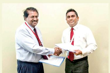 Samuel Jebaratnam, Executive Director / CEO of VisionFund Lanka exchanges the agreement with Viraj Mudalige, Managing Director/CEO of Epic Lanka (Pvt.) Ltd.