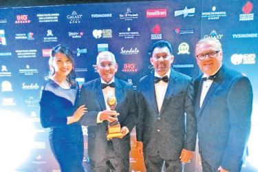 Dehan Seneviratne, Chairman and Prasad Daluwatte, Director Events of the Sri Lanka Tourism Promotion Bureau receiving the award from the officials of the World Travel Awards at Intercontinental Grand Stanford Hotel in Hong Kong recently