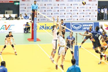 Two Iraqis make a great effort to stop the strong spiking of Sri Lanka's Ayesh Dilhan in the semi-finals at the Sugathadasa Stadium yesterday. Picture by Ranjith Asanka.