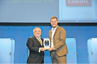Patrick Brannelly, Emirates' Divisional Vice President, Customer Experience (IFEC) accepting the Best Entertainment award from ceremony emcee Brian Kelly, CEO The Points Guy at the APEX 2019 Global Passenger Choice Award.