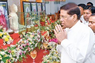 President Maithripala Sirisena pays homage to the relics of Arahant bhikkus which were brought down from Myanmar by the Bosath Sri Lanka Foundation.