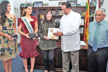 Minister Amaratunga making a presentation to Chairperson, Miss World Organisation, Julia Evelyn Morley flanked by Reigning Miss World, Manushi Chhillar, Miss World 2016 and Miss World Brand Ambassador, Stephanie Marie Del Valle Diaz and Chairman, Sri Lanka Tourism Promotion Bureau, Dehan Seneviratne