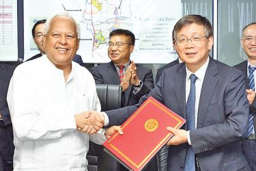 Minister Dr. Sarath Amunugama and Chinese Academy of Science Vice Chairman exchange the MoU.