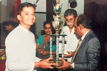 Thevindu Kandanaarachchi receives the trophy from Dr. Upali Sedere.