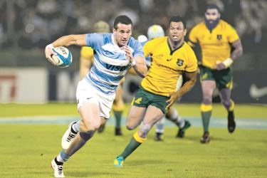 Santiago Gonzalez Iglesias (L) of Argentina runs with the ball during an International Rugby Union Championship match against Australia at the Padre Ernesto Martearena stadium in Salta, Argentina, on October 06, 2018. (Photo by Juan José Gasparini  - AFP)