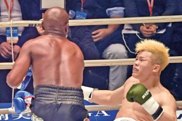 "US boxing legend Floyd Mayweather Jr (L) punches Japanese kickboxer Tenshin Nasukawa during an exhibition match at the Saitama Super Arena in Saitama on Monday. Mayweather won against Japanese kickboxing phenomenon Tenshin Nasukawa by a technical knock-out in the first round of a New Year's Eve ""exhibition"" bout. - AFP"