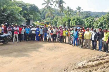 Local workers stage a protest at the Moragahakanda - Kalu Ganga project. Picture by Sigiriya Special Corr.