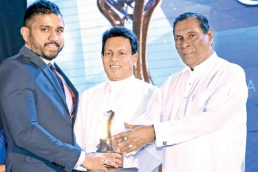 Gayan Guruge, Managing Director, Guruge Gems receiving the award