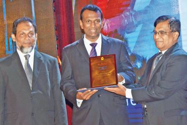 Fentons Group Managing Director, Hasith Prematillake receiving the CIDA National Award for Construction Excellence in Building Projects Electro Mechanical Construction