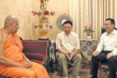 Chinese Ambassador Cheng Xueyuan with the Malwatte and Asgiriya prelates. Pictures by Central Province roving Corr.