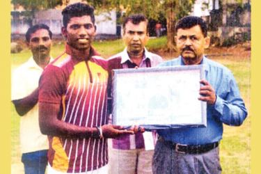 The Principal of Moratu Vidyalaya Hemasiri Athaudage presented a memento on behalf of Old Moratu Vidyalians Sports Club to their first eleven cricket captain Nishan Madushka for scoring 1387 runs in the season. Also in the picture are Master in Charge of cricket Rasika Chaminda (Extreme left) and Anil Fernando Secretary of the school past pupils Association (Centre) – (Picture by Dilwin Mendis Moratuwa Sports Special correspondent)