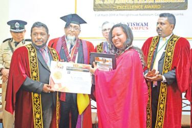 Sarrah Sammoon receiving the award from officials of the Vishwam Campus