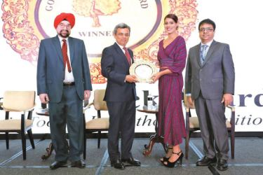 BoardPAC receives the International Golden Peacock Award from L-R: Lt. Gen. J. S. Ahluwalia, PVSM (Retd.), President, Institute Of Directors, Jawed Ashraf, IFS, Indian High Commissioner to Singapore, Tanooja Rai, Associate Business Manager, BoardPAC Singapore, Atul Temurnikar, Co-Founder and Chairman, Global Indian International School (GIIS), Singapore.