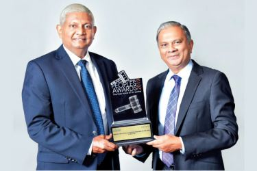 Ceylinco Life Chairman R. Renganathan (left) and Managing Director/CEO Thushara Ranasinghe with the SLIM-Nielsen award