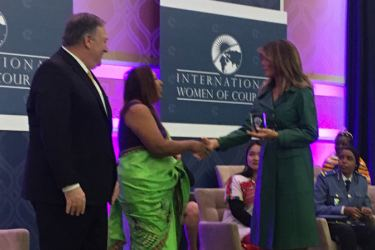 Marini de Livera receiving the award from US First Lady Melania Trump. US Secretary of State Michael Pompeo looks on.