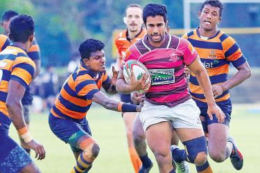 Havies captain Niroshan Fernando (with ball in hand) penatrating the Army defence line. Picture by Saman Sri Wdage