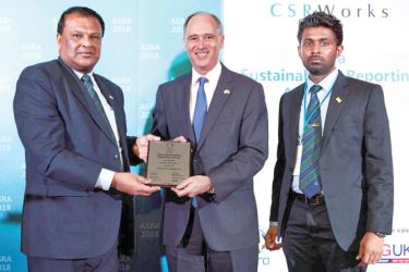 CSRWorks International Managing Director, Rajesh Chhabara presenting Hayleys Plantations Managing Director, Roshan Rajadurai with the Best Integrated Report Award at Asia Sustainability Reporting Awards