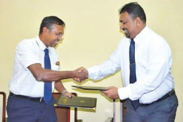Lanka SSL CEO Pravin De Silva (right) exchanging MoU with Professor K A K C Perera, Dean- Faculty of Engineering at the University of Moratuwa