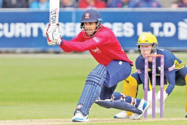 Ravi Bopara and Ryan ten Doeschate both scored 89 in Essex's 341-6 against Hampshire.