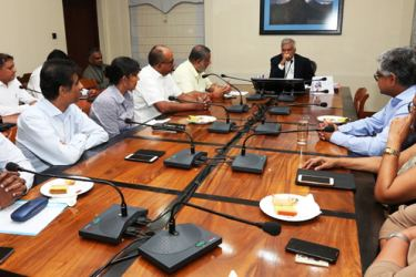 Prime Minister Ranil Wickremesinghe in discussion with the CCC delegation.
