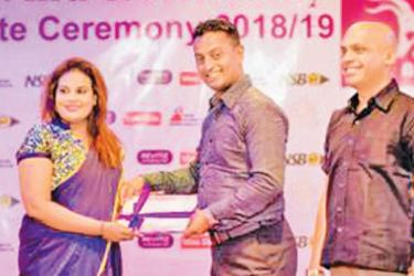 Senior Brand Manager at Mega Lifesciences Rukshan Athauda hands over the Revitiz sponcership to Nuvani Vanniarachchi. Assistant Sales Manager Daminda Nalaka also look on.