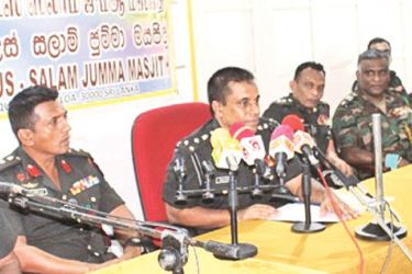 Brigadier Izzadeen and other Army officers at the briefing. (Picture by Army Media)