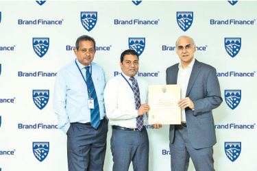 Ruchi Gunawardhene, Managing Director of Brand Finance Sri Lanka hands over the official certification to Chandana L. Aluthgama CEO of Sri Lanka Insurance endorsing Sri Lanka Insurance General Insurance as the most valuable General Insurance brand of 2019. Rukman Weeraratne, Chief Officer Business Development was also present on this occasion.