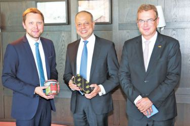 Ports, Shipping and Southern Development Minister Sagala Ratnayaka opened the Sri Lanka Pavillion at the Transport Logistics Fair 2019 in Germany yesterday. The Minister also held discussions with a number of leading global corporate on potential investment opportunities in Sri Lanka. During the event, Minister Ratnayaka also met Steffan Rummel, CEO Muenchen Messe, Andreas Scheuer, German Federal Minister for Transport and Digital Infrastructure and Dr Hans Reichhart, Bavarian State Minister of Transport.