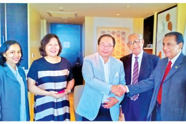 President of CMSMI, Nawaz Rajabdeen welcoming Executive Vice Chairman Asia Pacific Exchange and Cooperation Foundation, Xiao Wunan. APTA CCI, Coordinator, Hui Dias Bandaranayake and Vice President, CMSMI, Mackey Hashim look on.