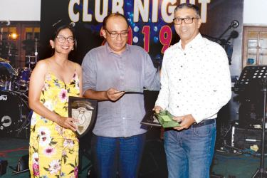 Niloo Jayathilaka (on left) and Dilhan Dedigama (on right) receiving their awards