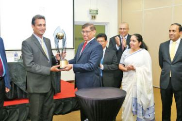 CA Sri Lanka President Jagath Perera and Chairman of the Annual Report Awards Committee Heshana Kuruppu unveil the new trophy of the Annual Report Awards competition.