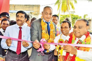 The Chief Guest Eastern Province Governor Shan Wijayalal de Silva opens the sales centre.