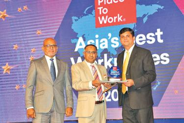 Zulficar Ghouse, Managing Director- Expack Corrugated Cartons (centre) receiving the Asia's Best Workplaces award