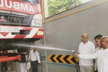 Kotte Mayor Madura Vithanage opening the vehicle service centre at the Kotte Municipal Council.