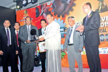 Chairman, Pussalla Meat Producers (Pvt.) Ltd., Philip Wewita receives the CNCI Achiever Silver Award for the Extra Large Manufacturing sector from Chief Guest Speaker Karu Jayasuriya. Raja Hewabowala, Chairman, Ceylon National Chamber of Industries, Lakshman Silva, CEO, DFCC Bank, Dilshan Wewita, Managing Director of Pussalla look on. Picture by Saliya Rupasinghe