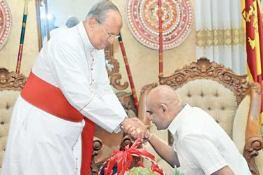 Former Army Commander General Mahesh Senanayake called on Colombo Archbishop Malcolm, Cardinal Ranjith at Archbishop's House in Borella on Saturday. Picture courtesy SL Army