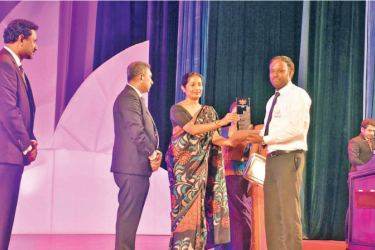 BMICH receives the award at the World Blood Donation Day celebrations.