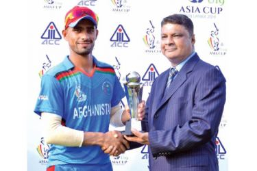 Shafiqullah Ghafari of Afghanistan U19 receiving the man of the match award after they defeated Pakistan U19 at P. Sara Oval yesterday.