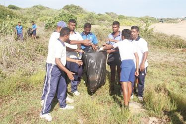 The Southeastern Naval Command and a group of children and teachers from Panama Maha Vidyalaya during the beach-clean up programme.